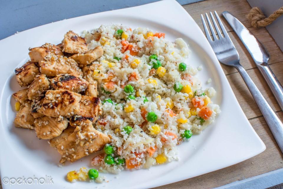 Na sliki je piščanec s sezamom in cvetačni riž