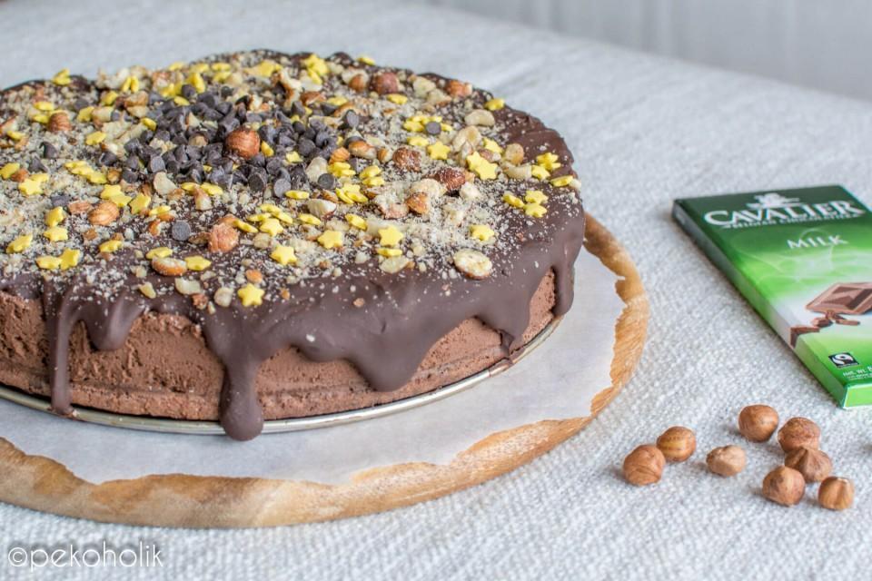 Na sliki je ferrero rocher torta.